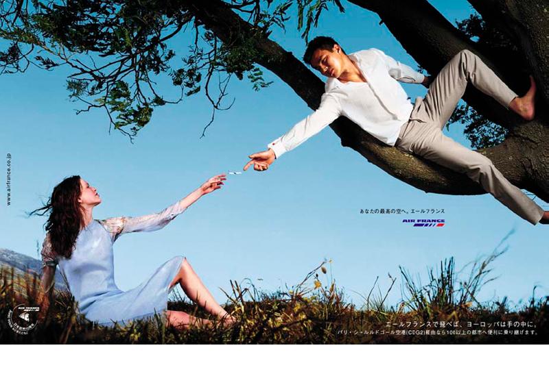 エールフランスの雑誌広告。ミケランジェロのフレスコ画「アダムの創造」